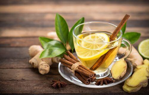 En kanel, ingefær og honningdrikk for å kvitte seg med hoste