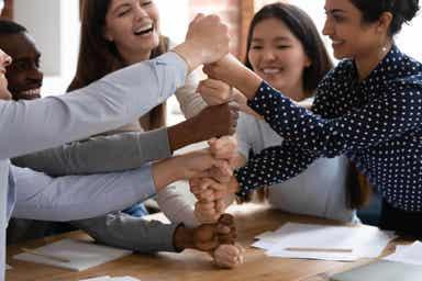 En gruppe medarbeidere som spiller et spill