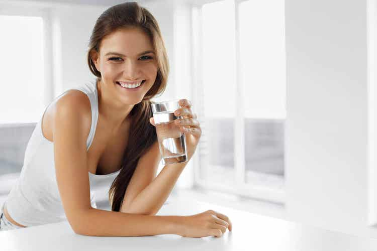 Å drikke vann med eplecidereddik og natron