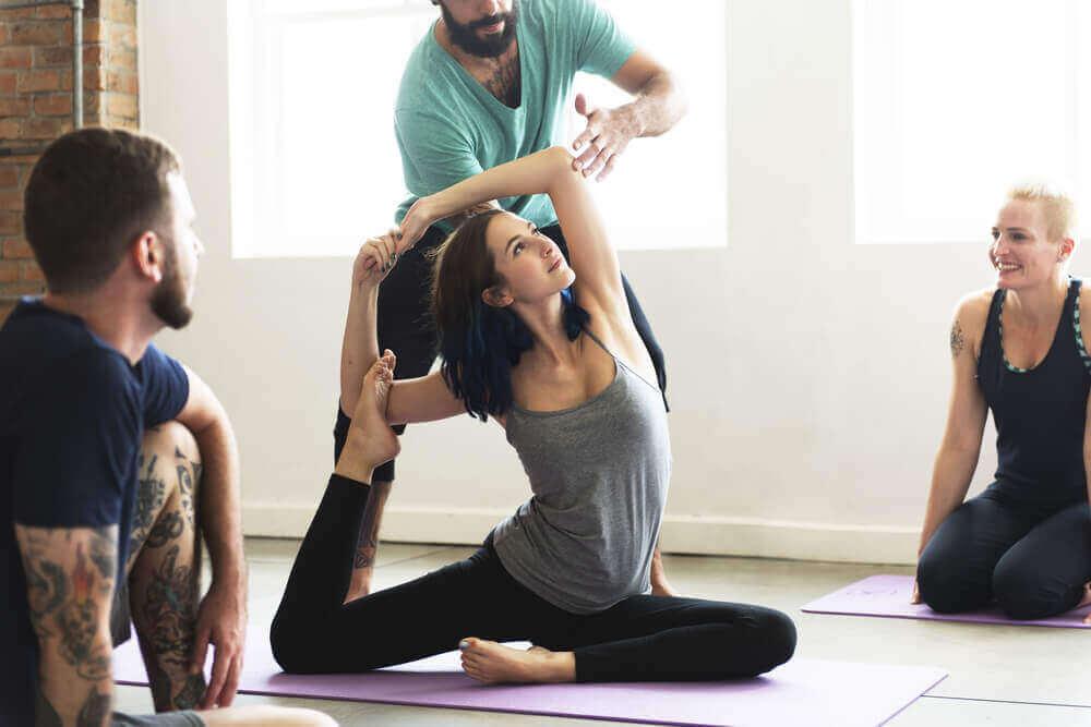 Kvinne gjør yoga