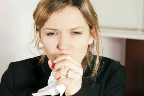 Kvinne hoster