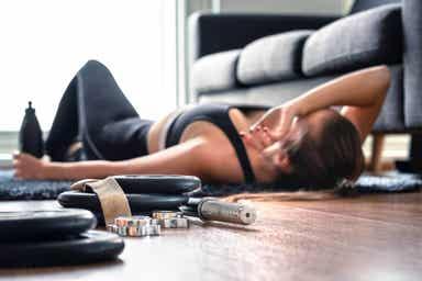 En kvinne sliten på grunn av trening.