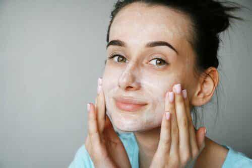 En kvinne med ansiktskrem på