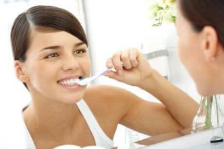 kvinne som pusser tennene