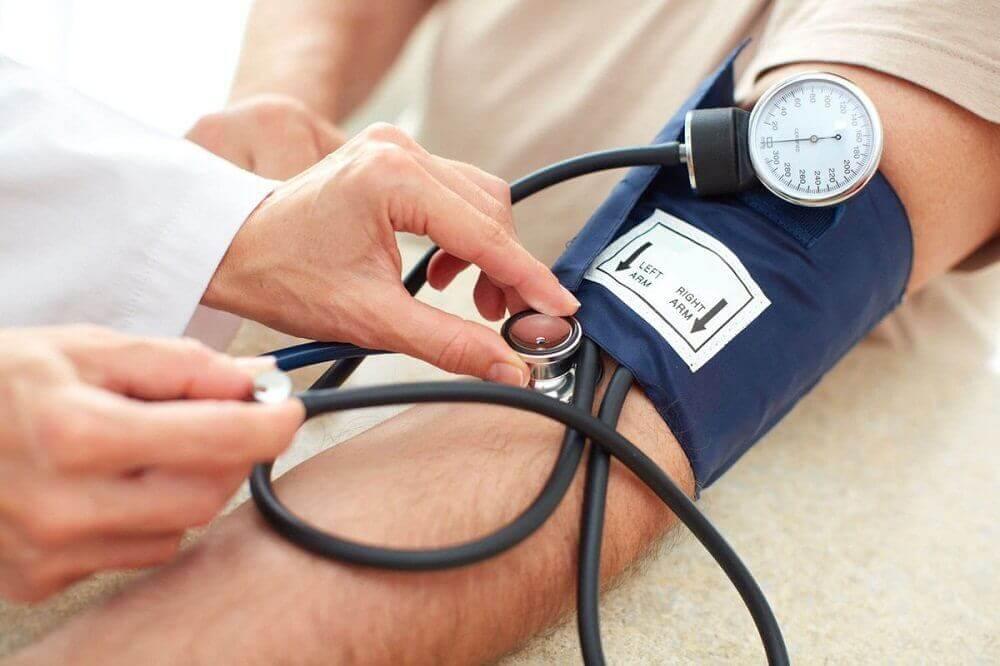 Mann som får sjekket blodtrykket
