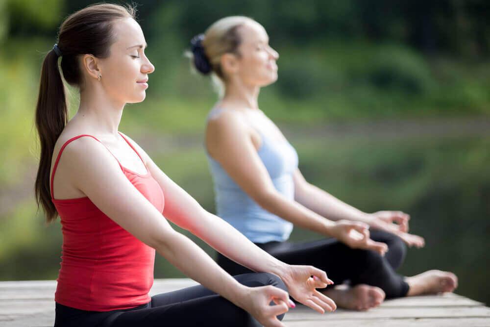 To kvinner som kjemper mot depresjon med yoga