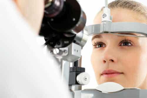 En kvinne som gjennomgår en øyeundersøkelse