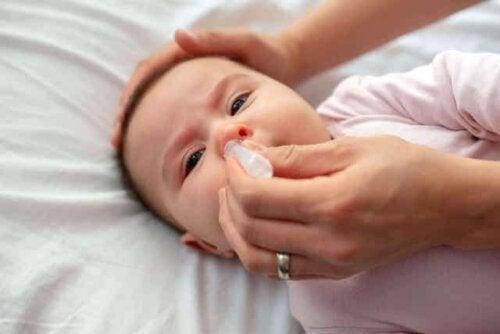 En baby som får skylt nesen.