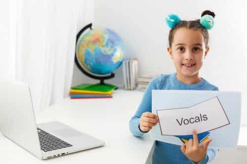 En jente som peker på et ord.
