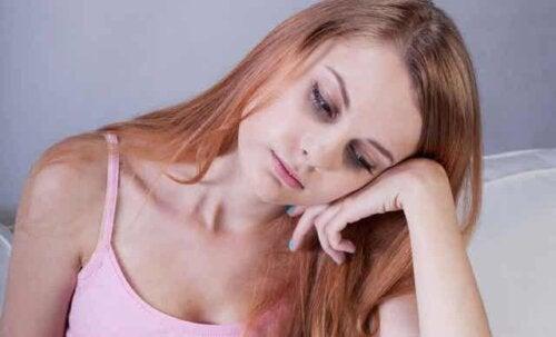 En kvinne som føler seg utmattet fordi jernnivået er lavt.