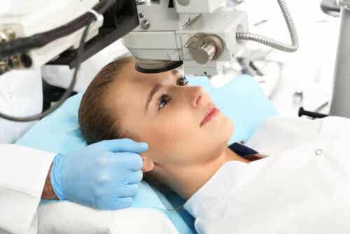 En kvinne som gjennomgår oftalmologisk behandling.