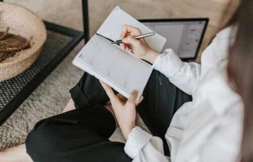 En kvinne som skriver ned SMART-målene sine.