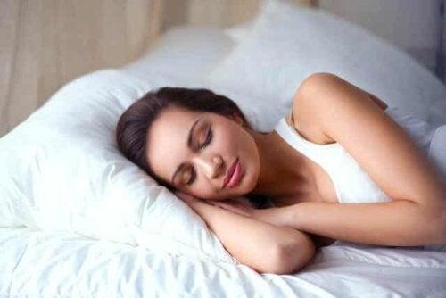 En kvinne som sover fredelig etter ferien