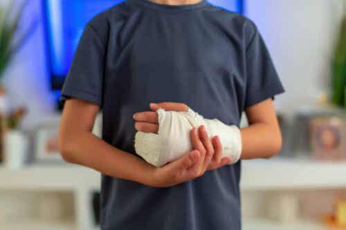 En person med en skadet hånd.