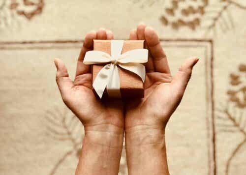 En person som holder en gave.