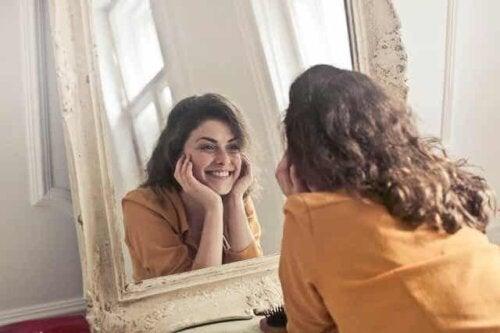 En tenåring som smiler i speilet.