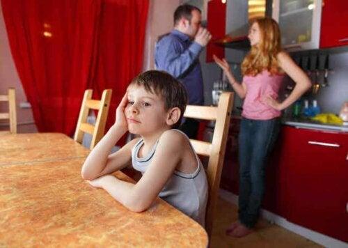 En trist gutt fordi foreldrene hans krangler.
