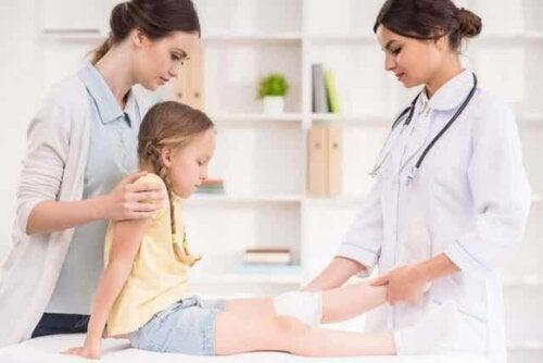 Et barn som er hos legen.