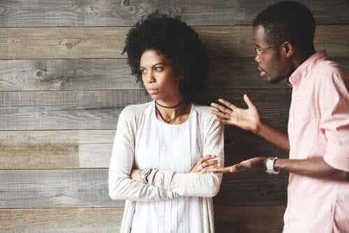 Et par som krangler og kvinnen virker fjern