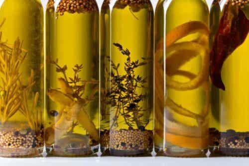Flere flasker med forskjellige oljer.
