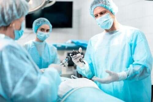 Formålet og implikasjonene av en laryngektomi