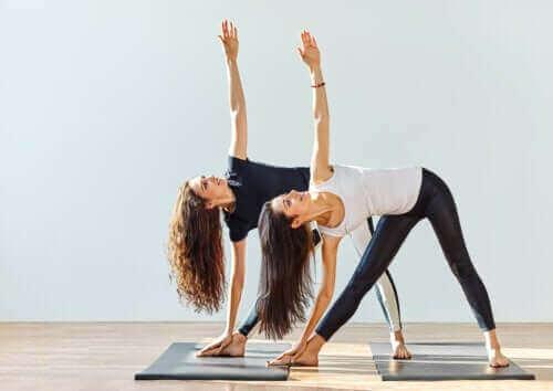 Kan yoga virkelig hjelpe mot slitasjegikt?