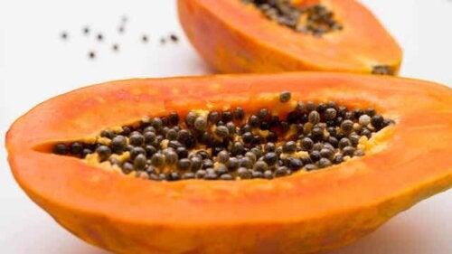 Papaya delt opp i to.