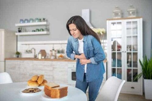 En kvinne med magesmerter