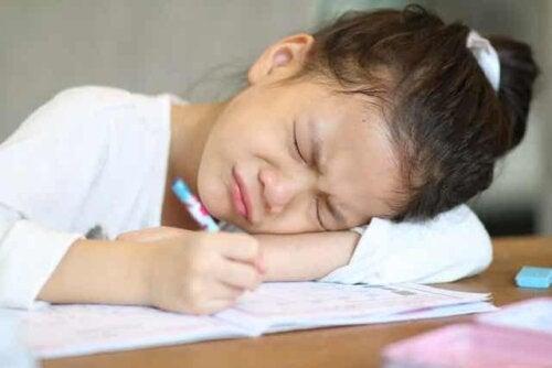 En jente som blir frustrert over å skrive