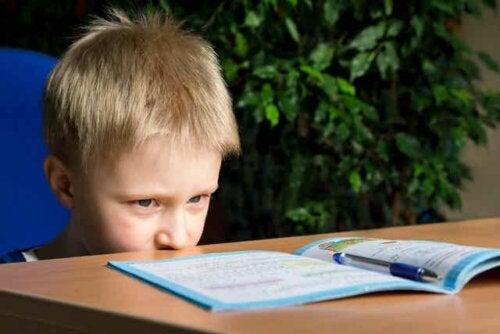 En gutt som ser på en leksebok