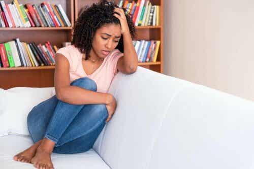 En kvinne som sitter på en sofa