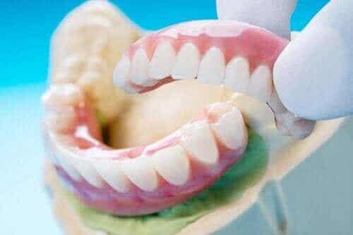 Typer, fordeler og ulemper med en tannbro