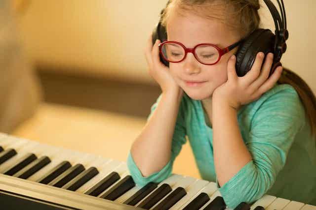 Et barn som lytter til musikk