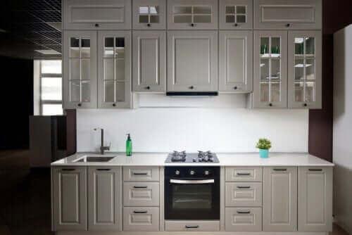 Kjøkken på én vegg – Vurderinger og noen tips