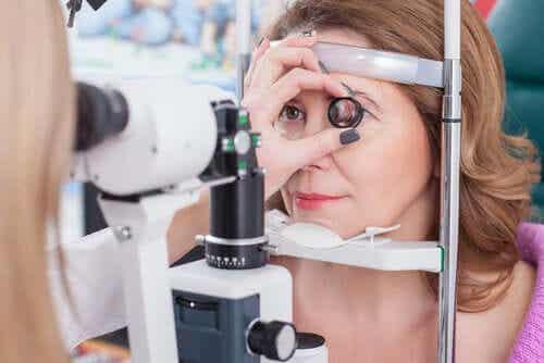 En kvinne som gjennomgår øyetesting