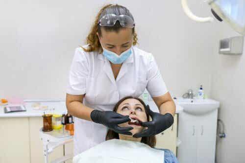 Kvinne hos tannlegen.