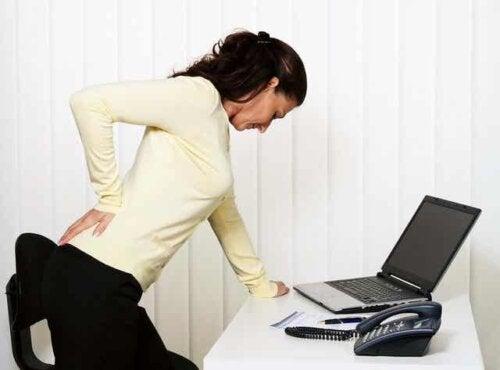 Kvinne med ryggsmerter.
