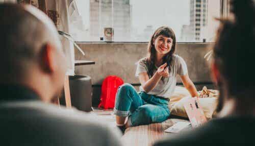 Kvinne som snakker til gruppe