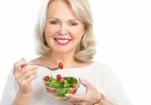 En kvinne som spiser en salat