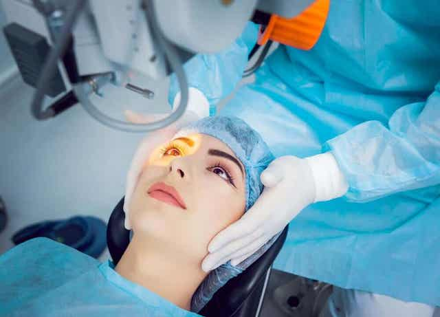 En kvinne som får laseroperasjon