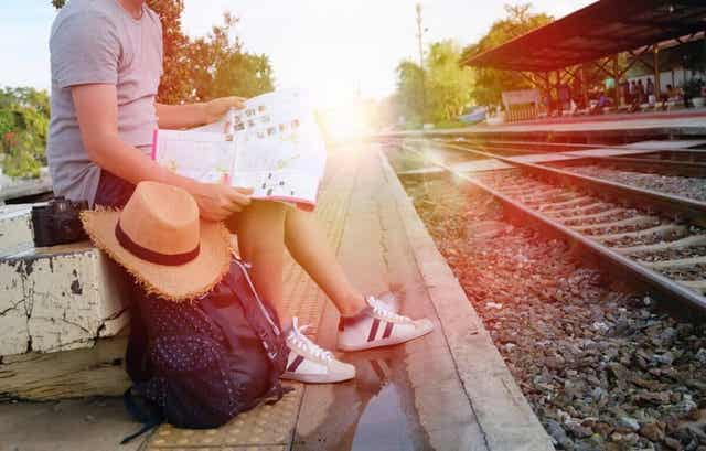 Mann som venter på tog