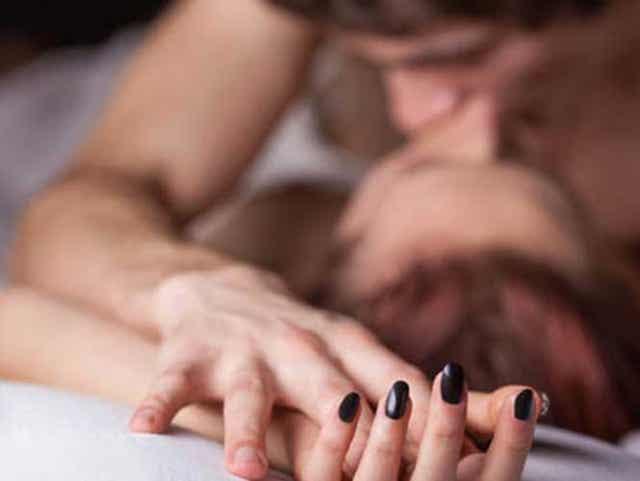 Et par som har sex som representerer en av myter og misoppfatninger om menstruasjon