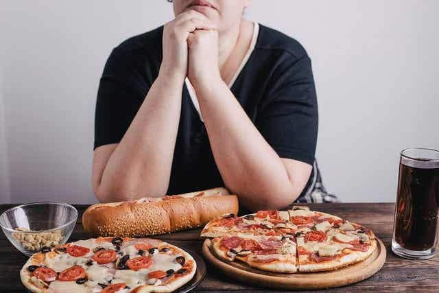 En kvinne med mat