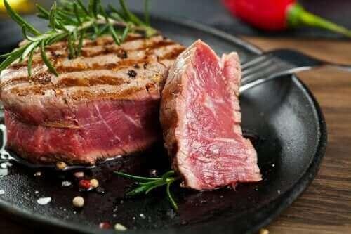 Underkokt mat: Kan det gjøre deg syk?