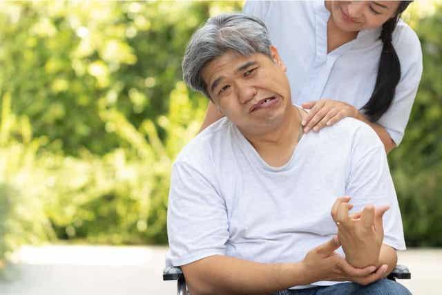 En mann som fikk hjerneslag i terapi