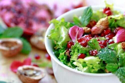 Kjappe oppskrifter på salat med endivie og granateple