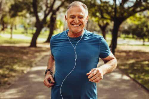 En mann med ørepropper som løper