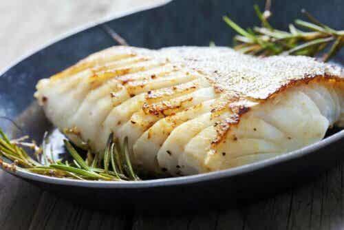 Hvit fisk på et fat.