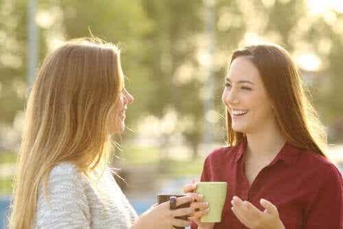 To kvinner snakker