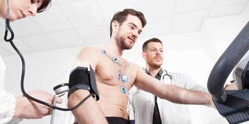 En idrettsutøver som gjennomgår en stresstest av hjertet.
